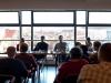 Uczestnicy dyskusji na tle panoramy Krakowa
