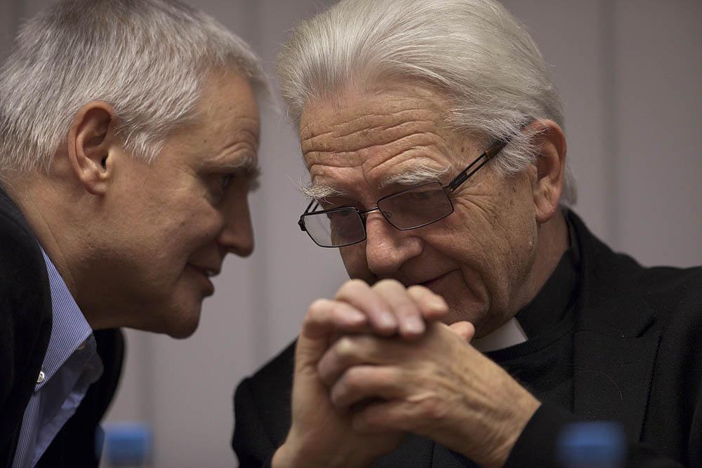 Prof. Bogdan de Barbaro z księdzem Adamem
